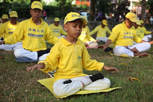峇里島法輪功小弟子在打坐。(Ketut Suyasa提供)