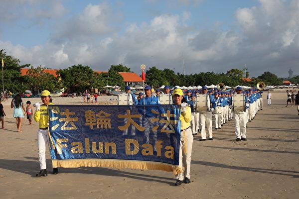 峇里島法輪功學員在金巴蘭海灘慶祝世界法輪大法日。(Ketut Suyasa提供)