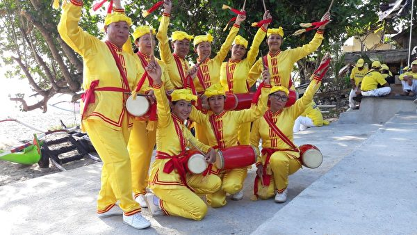 峇里島腰鼓隊在金巴蘭沙灘。(Ketut Surna提供)