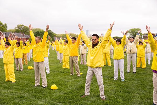 2018年5月13日,紐約部份法輪功學員总督岛公园(Governor's Island)大型練功排字慶祝世界法輪大法日。(戴兵/大紀元)