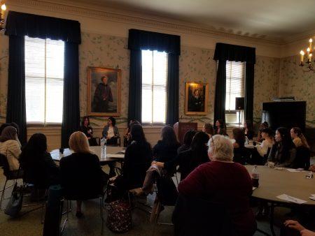非传统式商业模式的小组讨论吸引众多哥大的在校学生参与讨论。