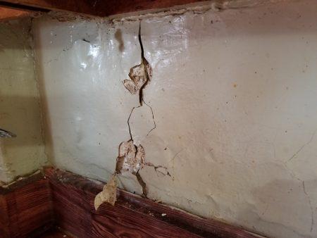 布勒克伦公屋东105街716号6D公寓的厨房墙壁破裂,与墙壁接触壁贴剥落,内有蟑螂滋生。