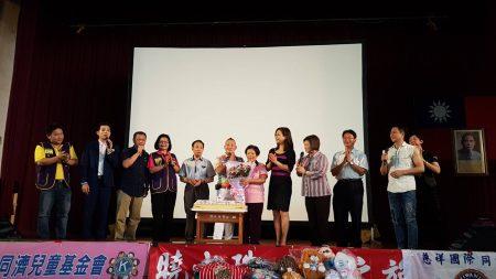 孝道活动当天恰好是胡汉䶮(左六)的母亲生日,大家共同庆祝