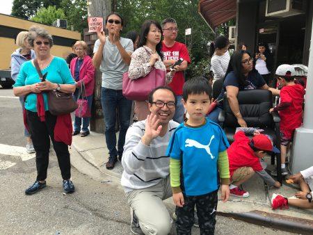 華人民眾觀看遊行。