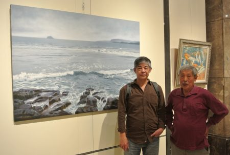 画家叶春新(左)作品《静海涛声》油画,透明感的白色浪花拍打而来的声音,您听到了吗?