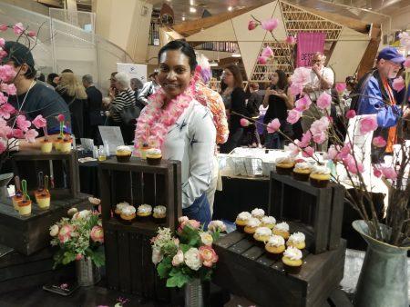 Mike & Sue Shiwdin 甜点蛋糕店的年轻夫妇一同创业,制作夏威夷风味的蛋糕甜点深受欢迎。