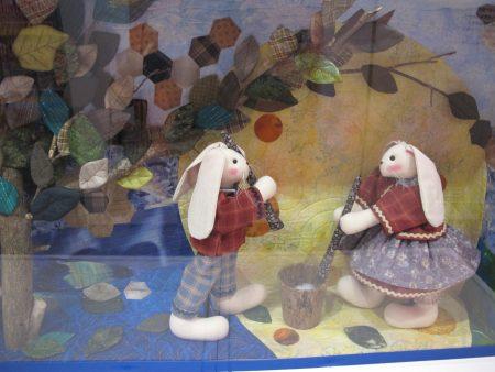 """周秀惠艺师和参与的学生胡芸庭、彭靖琦的拼布创作""""月兔捣药""""。"""