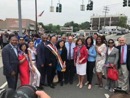 紐約州主計長迪納波利(右一)、國會議員孟昭文(右五)等參加遊行。