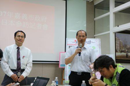 """环保局长张志诚(右)谈到,目前嘉市有两个垃圾焚化炉,将来若采""""延役""""方式,将采停用一炉、续用一炉方式操作,减轻垃圾处理压力。"""