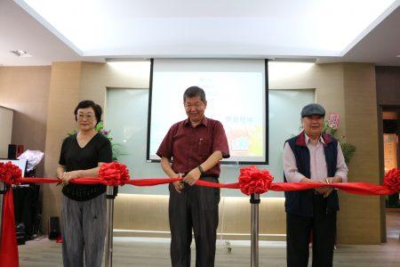 華商校長孫忠義(中)及貴賓為華南高商百週年校慶系列活動剪綵開場。