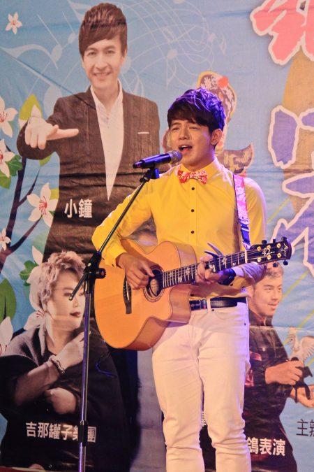 客家歌手曾仲伟以客家歌谣,将掀起活动晚会高潮。