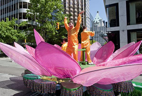 2018年5月13日,溫哥華部分法輪功學員在溫市中心舉行大遊行,慶祝世界法輪大法日。(宇生/大紀元)