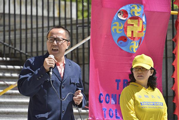 原中國大陸法官李建峰在慶祝大法洪傳26周年活動上發言,向李洪志先生的誕辰表示祝賀。(大宇/大紀元)