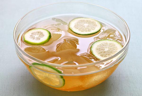 冷藏的愛玉凍加糖水、碎冰、檸檬汁食用,清涼爽口,風味絕佳。(Shutterstock)