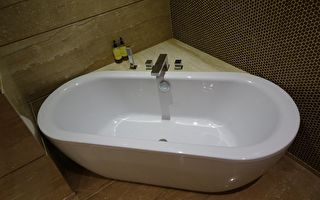哈士奇橫躺浴缸發脾氣 牠的要求不尋常