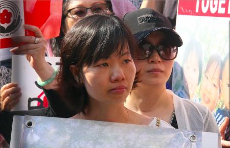 游秀清的太太陈玉梅在集会现场。