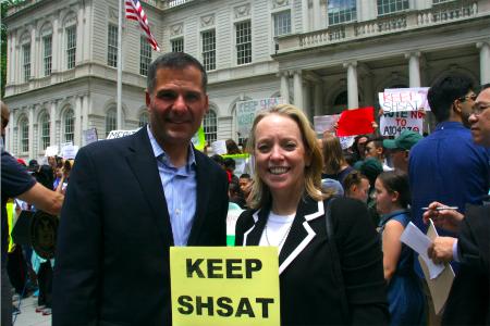 紐約州共和黨州長參選人莫利納羅(Marc Molinaro,左)和副州長候選人基連(Julie Killian,右)到市議會支持保留考試。