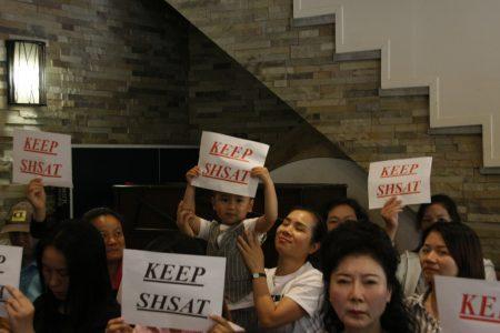 """华人举出""""保留SHSAT考试""""的牌子。"""