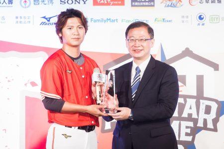 中职明星赛4日公布明星赛先发名单,Lamigo桃猿队陈禹勋(左)当选红队人气王。