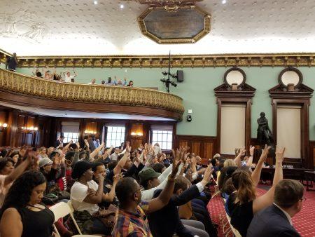 房東們對於支持通過新法的意見,用手勢做無聲抗議。
