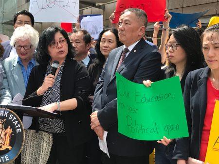 中華公所主席伍銳賢(前排右三)、市立大學亞裔研究所執行總監梅鄧妙蘭(講話者)、法拉盛華商會總幹事杜彼得(後排右二)、紐約同源會會長陳慧華(後排右一)等出席抗議集會。