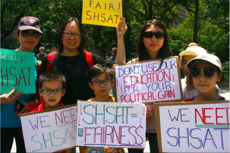 華人學生和家長到場呼籲保留考試。