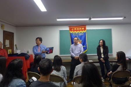 在紐約同源會23日舉辦的活動中,特殊高中入學考試SHSAT的議題再次引起熱烈討論。圖為李宗保(前左)、李立民(中)與同源會主席陳慧華(右)在會上。