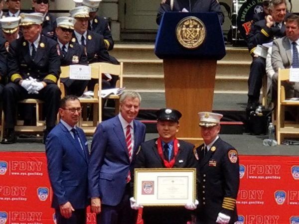 唯一亞裔獲獎者,北區消防隊長田菲利浦(圖中),母親、妻子和小孩一起出席頒獎典禮,分享他的榮耀。(玉凌格/大紀元)