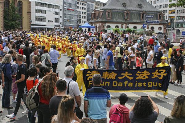德國法蘭克福文化節遊行 法輪功隊伍最龐大