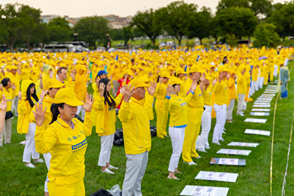 6月22日星期五上午,法轮功学员在华盛顿纪念碑前的广场集体炼功。(Mark Zou/大纪元)