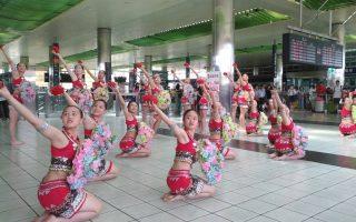 高鐵站內迎暑假  兩校學子展現活力與熱情