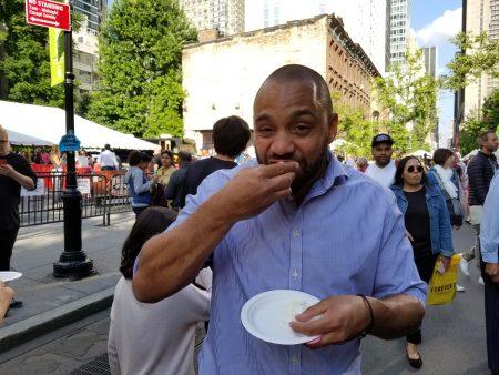 紐西蘭的遊客Paul Aides,邊走邊大口吃著叉燒包,他說皮做的軟嫩,吃起來甜甜的,看起來很漂亮,以前就吃過,所以看到有攤位賣,毫不考慮地去買來吃。
