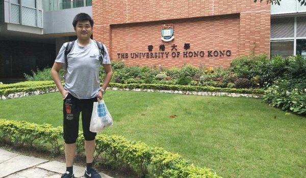 """今年""""六四""""29周年期间,南京公民史庭福的儿子史竟到港旅游,返回后被当局羁押一天一夜。图为史竟在香港大学参观。(史竟提供)"""