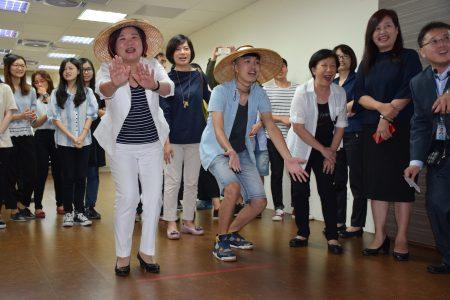 许铭春(左)与同学进行采茶PK赛