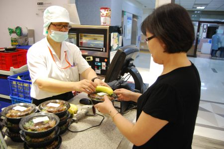 台北医学大学附设医院致力推广健康照护生活圈,除了专业的医疗服务,也希望在食衣住行等生活层面,提供全方位的健康照护,并将医院的健康专业分享给社会大众。