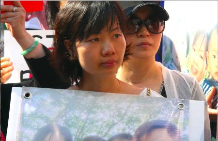 游秀清的太太陈玉梅在周一集会现场。