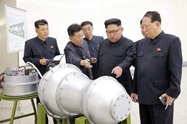 """在美国总统川普(特朗普)宣布取消川金会之后,金正恩向朝鲜外交部和劳动党组织部发出命令说,""""过时的外交做法需要被取代,需要进行有创意的外交""""。他还说""""要保卫核力量"""",""""让美国举白旗""""。 (STR/AFP/Getty Images)"""