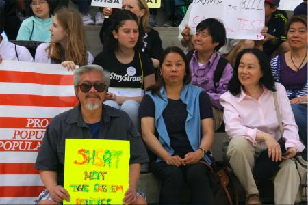社區人士陳家齡(左)、市議員布萊南(Justin Brannan)的助理(中)與同源會會長陳慧華(右)到場支持學生。