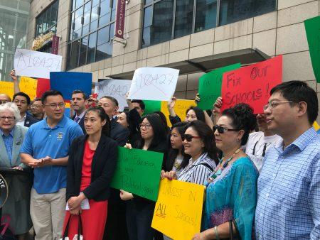 州參議員史塔文斯基(前排左一)組織抗議廢SHSAT集會,州眾議員金兌錫前排左二、國會議員孟昭文代表黃敏儀(前排左三)參加。