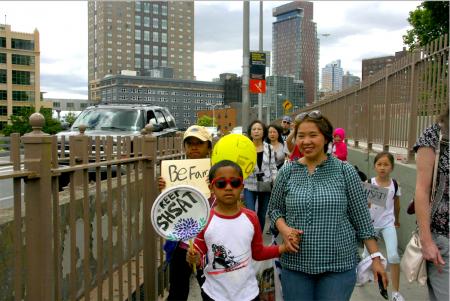陈婉和两个儿子同华人学生家长一起参加游行,希望保留特殊高中入学考试。
