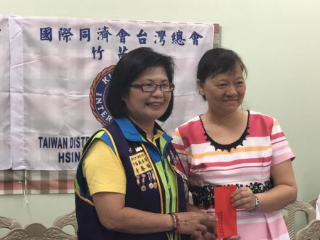 竹苗區區主席余春梅(左)感謝新竹國小校長張淑玲(右)提供場地