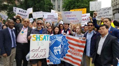 超过五千各族裔的家长及学生到市政厅门前集会,要求保留特殊高中入学考试。