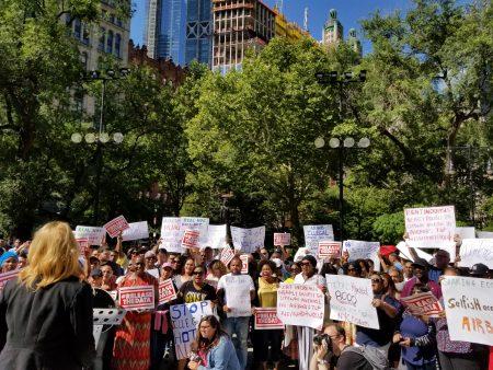 支持通过新法的民众,在公听会之前集会抗议非法出租房屋的行径渗入社区。