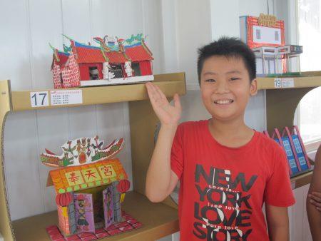 小朋友开心的展示自己的作品。