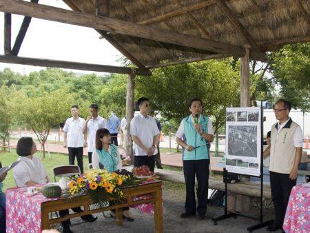 洪國浩向總統報告將「墓仔埔變公園」的過程。