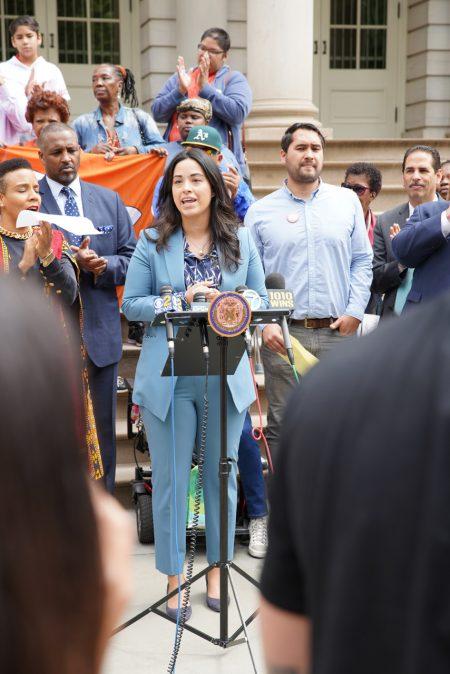 """倡议""""爱彼迎地址披露法案""""的市议员利华娜7日在市政厅前表示纽约需要短租房屋房东的信息。"""