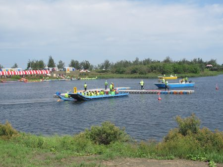 比賽隊伍進場,先由漁筏帶進場。