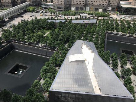 三号大楼座落于911纪念遗址对面。