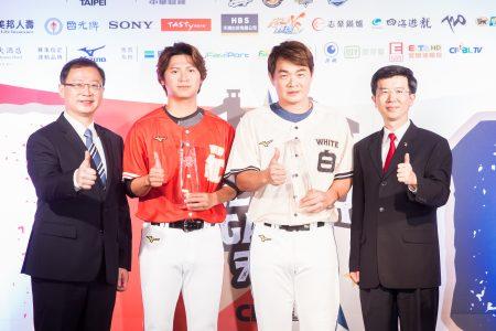 中职明星赛4日公布明星赛先发名单,由中信兄弟队彭政闵(恰恰)(右2)担任明星白队队长,Lamigo桃猿队陈禹勋(左2)担任红队队长。