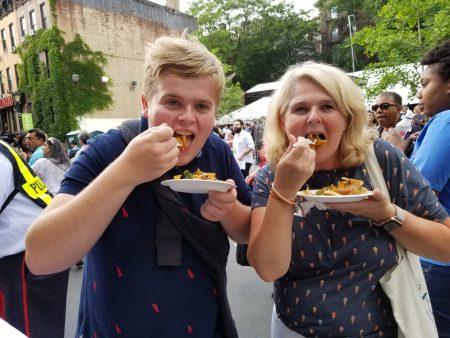 来自荷兰一对非常可爱的母子,妈妈 Gahislaine Van_Utbhen,儿子Bebign Lanners一直说鸡肉炒河粉很好吃很香,频频点头说赞。